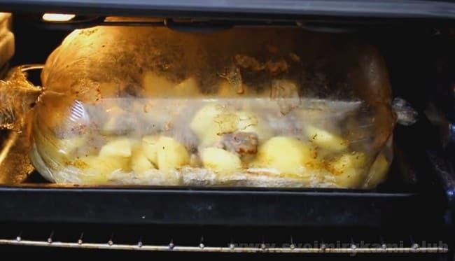 Запеченная картошка с мясом в духовке в рукаве - невероятно вкусное блюдо!