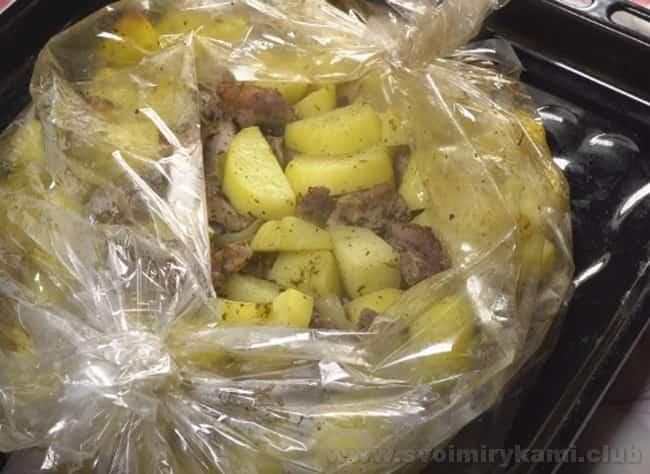 Наша запеченная картошка с мясом в духовке в рукаве готова.