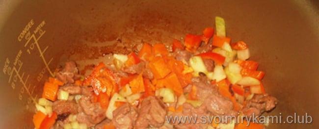 Поставте тушить овощи для блюда - картошка в мультиварке с мясом и баклажанами