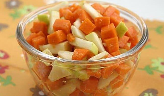 Перед тем как сварить пшенную кашу на воде, порежьте фрукты.