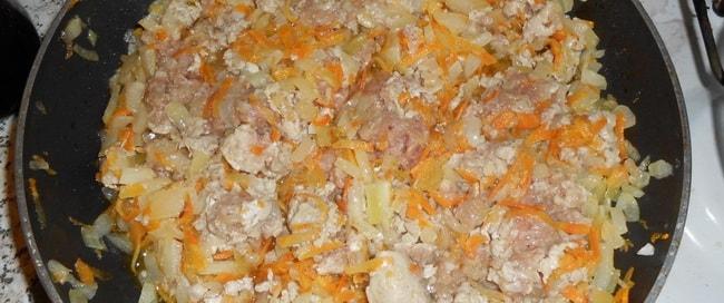 Обжарьте фарш для приготовления перловой каши с мясом.
