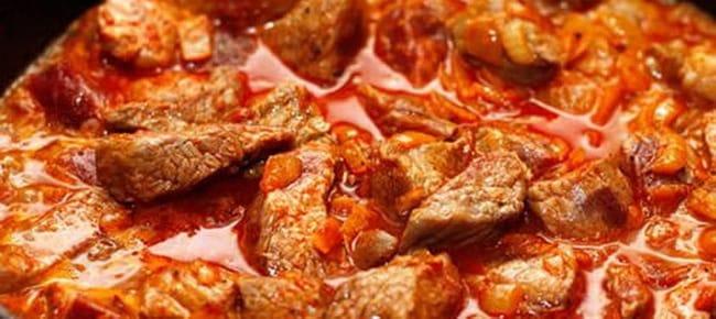 Смешайте мясо с томатной пастой для приготовления перловой каши.