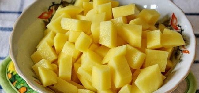 Нарежьте картофель для приготовления перловой каши с мясом.