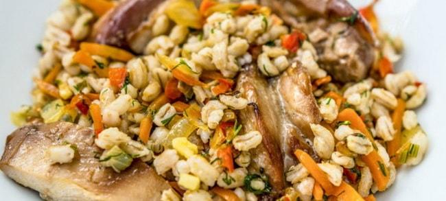 Вкусная перловая каша с мясом и овощами готова, просите к столу!