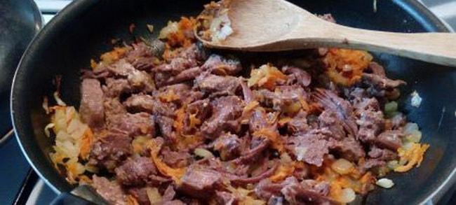 обжарьте тушонку на сковороде с овощами для приготовления перловой каши с мясом.