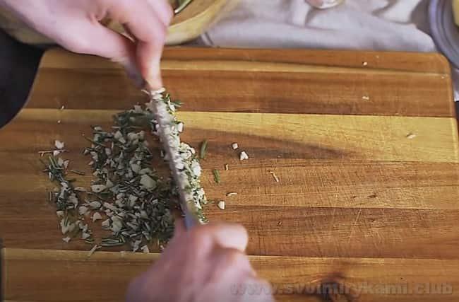 Для приготвления ростбифа из говядины по классическому рецепту в духовке понадобится розмарин и чеснок.