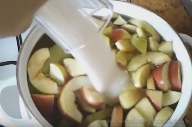 Готовится компот из ревеня и яблок очень просто.