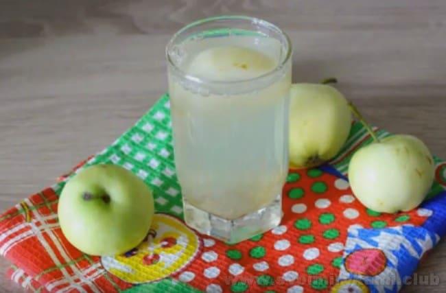 Компот из ревеня и яблок готов к употреблению или закатке.