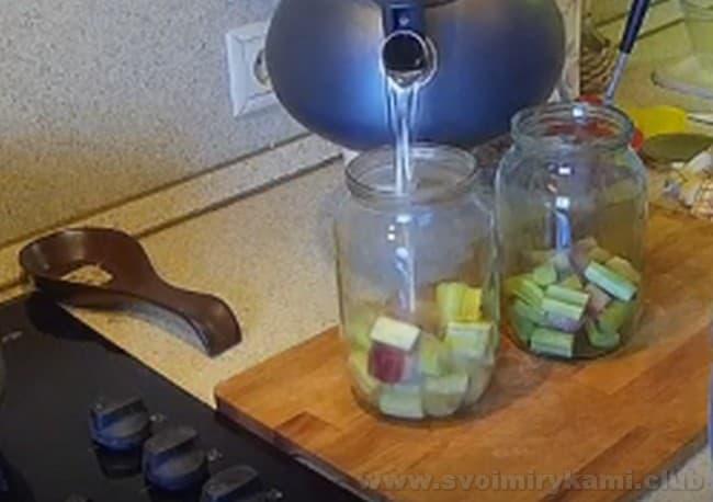 Узнайте, как сварить вкусный компот из ревеня.