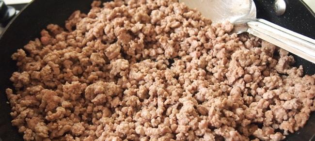 Обжарьте фарш для приготовления картофельных крокетов.