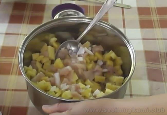 Запеканка из куриного филе, приготовленная в мультиварке, будет невероятно нежной.