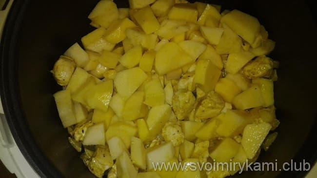 Курицу с картошкой в сметане в мультиварке начинаем готовить с мяса и картошки