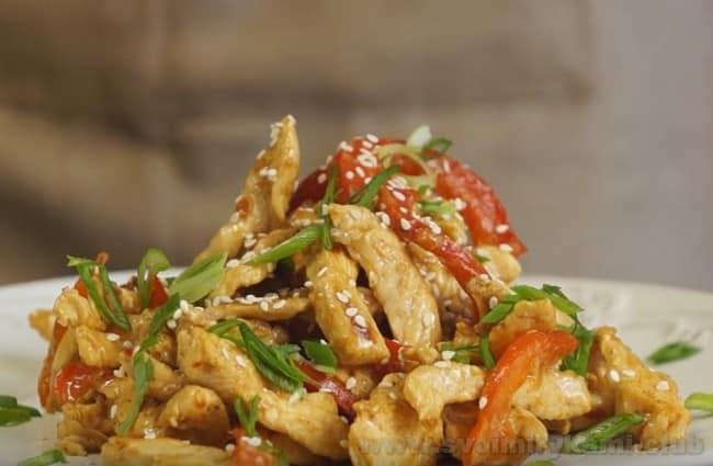 Приготовленную по этому рецепту курицу терияки можно подавать с лапшой.