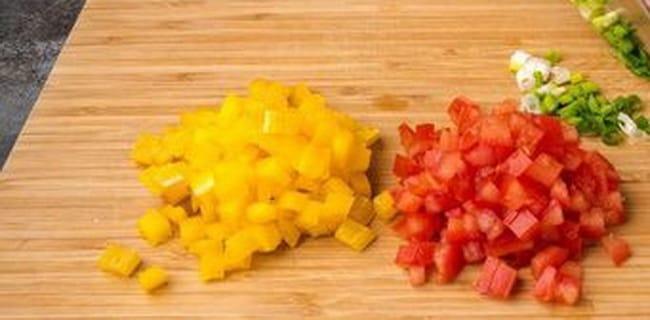 Нарежьте овощи для приготовления рулеты с курицей в лаваше.