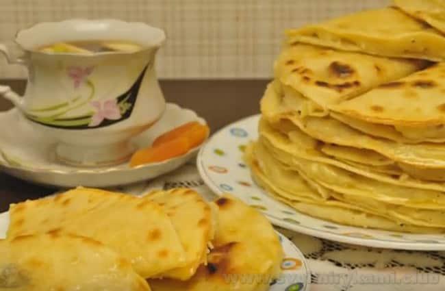 Татарское блюдо кыстыбый с картофелем выгодно тем, что его можно подавать как с чаем, так и с овощами или салатами.