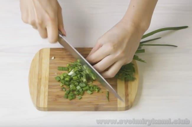 Лаваш с колбасой и сыром, жаренный на сковороде, освежит зелень.