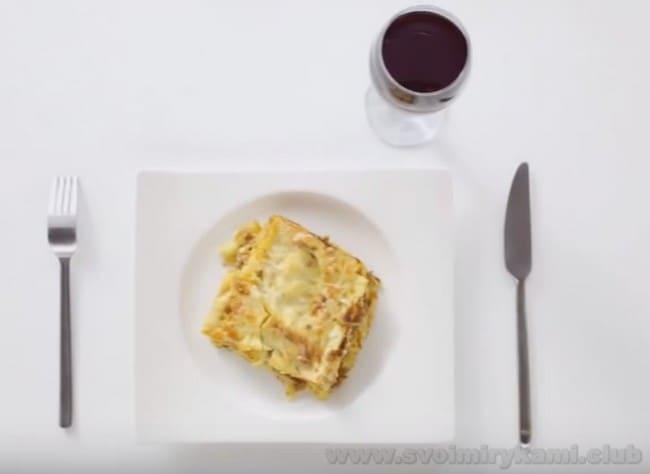 Подавайте лазанью болоньезе с соусом бешамель с красным вином.