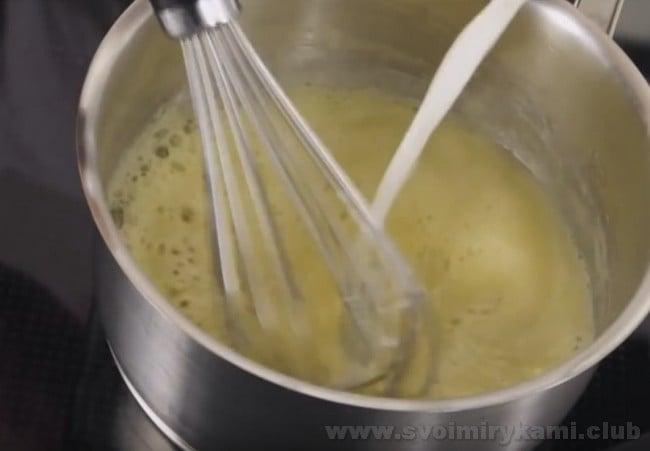 Готовя соус бешамель для лазаньи по классическому рецепту, надо постоянно тщательно его помешивать.