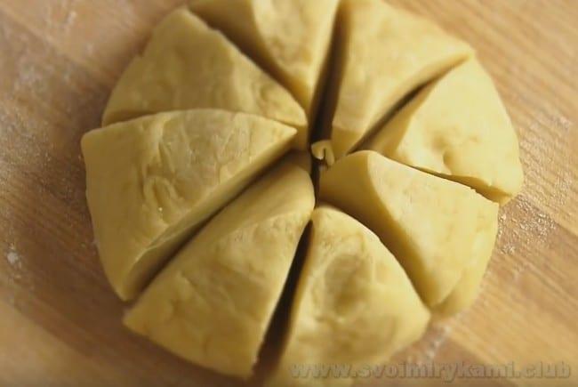 Чтобы было удобней работать, разрежьте тесто для приготовления лазаньи болоньезе по классическому рецепту на несколько частей.