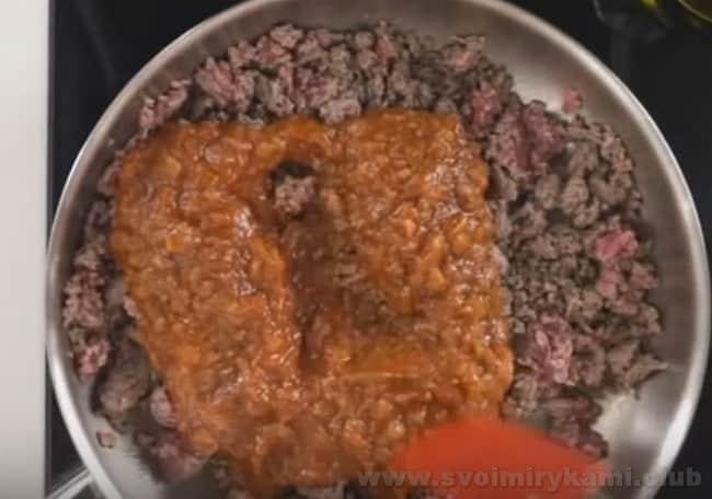 Перетертые томаты - неотъемлемая составляющая лазаньи болоньезе с соусом бешамель.