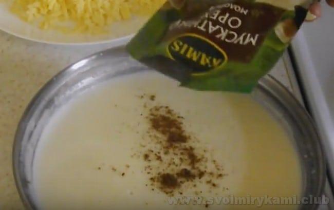 Рецепт соуса бешамель для лазаньи с куриным фаршем подразумевает добавление мускатного ореха.