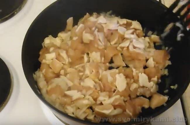 Рецепт лазаньи с курицей, с сыром и грибами с соусом бешамель является более дешевым, чем с говядиной или свининой.