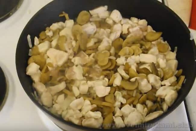 Подготовительный этап приготовления лазаньи с курицей, сыром и грибами с соусом бешамель закончен.