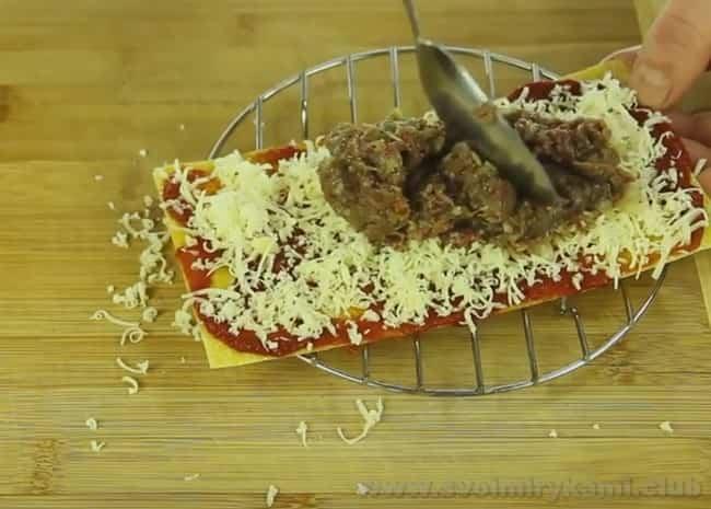 Лазанья в мультиварке готовится намного быстрее классической, но по вкусу остается все такой же вкусной.