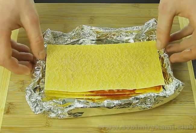 Лазанью в мультиварке лучше готовить в фольге.