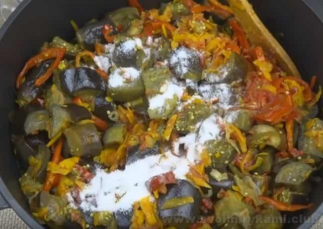 Не забудьте добавить соль и специи в лечо из баклажанов на зиму.