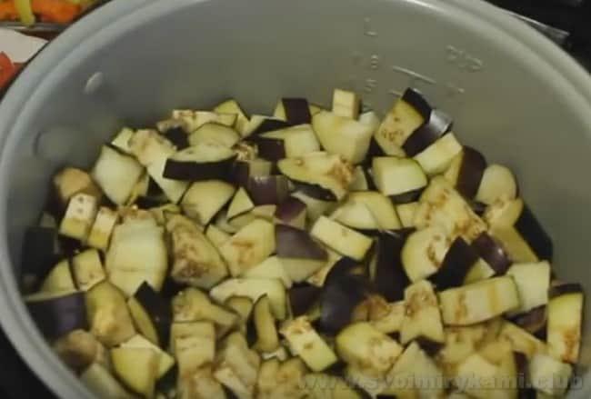 Лечо с баклажанами, помидорами и перцем очень удобно готовить в мультиварке.