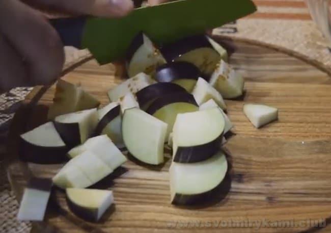 Для приготовления лечо из баклажанов на зиму выбирайте красивые свежие овощ.и