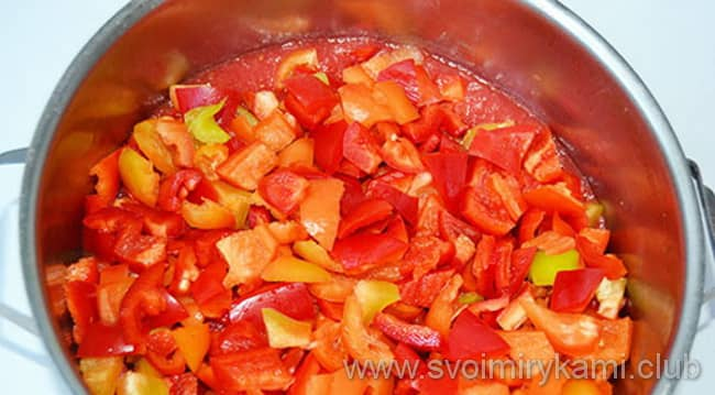 Готовим лечо на зиму с фасолью по рецепту и жарим лук с морковкой и добавляем туда перец