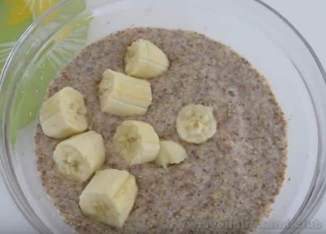 Каша из льняного семени будет очень вкусной с бананом и изюмом.