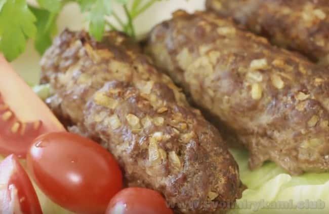Посыпьте люля кебаб из говядины свежей зеленью.