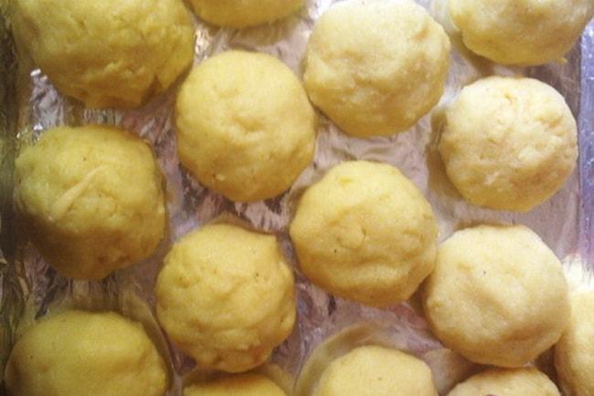 Запеките кукурузные шарики с брынзой в духовке .