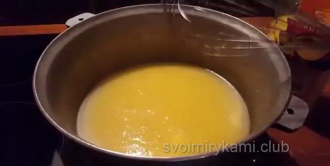 В рецепте мамалыги по молдавски кукурузную крупу нужно вводить в 2 захода.