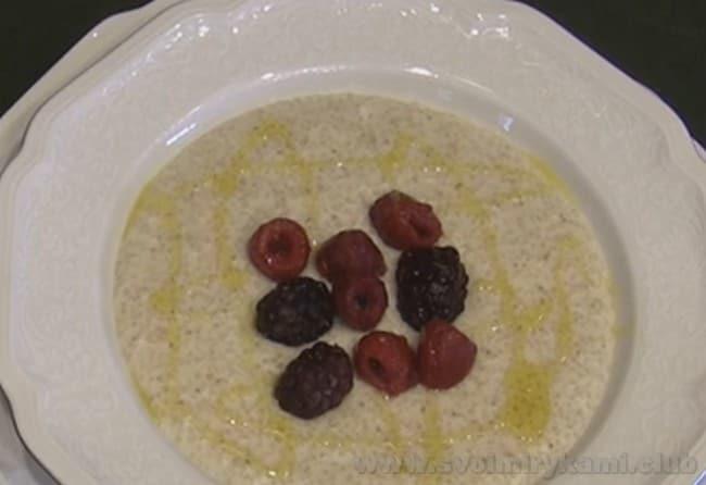 Когда вы уже знаете, как варить ячневую кашу на воде, вы можете легко приготовить ее с молоком в горшочках.