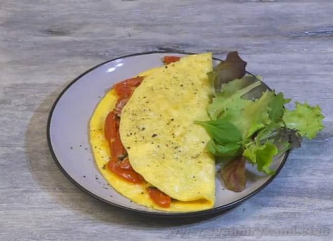 Такой же омлет можно приготовить с помидорами и луком на сковороде.