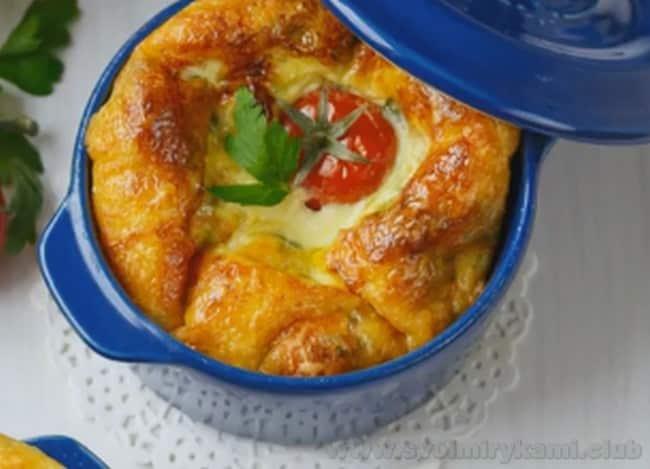 Омлет с зеленью и помидорами в духовке готов к подаче на стол.