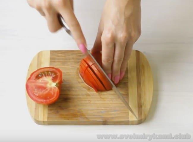 Для приготовления омлета с зеленью и помидорами потребуется совсем немного ингредиентов.
