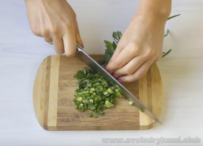 Давайте приготовим вкуснейший омлет с зеленью и помидорами в духовке.