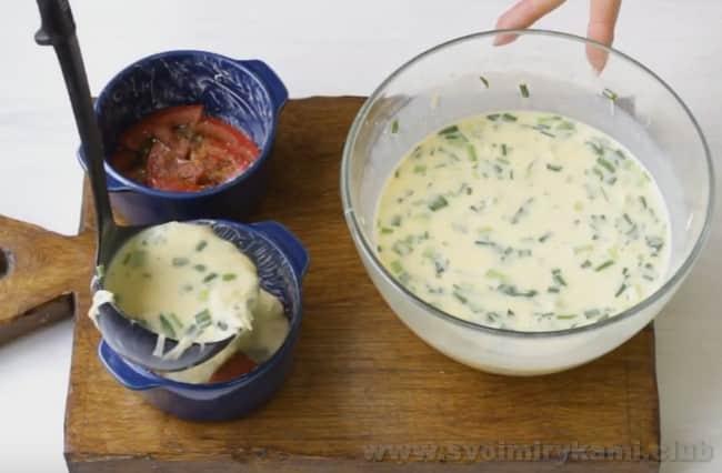 Рецепт омлета с зеленью и помидорами при желании можно усовершенствовать беконом.