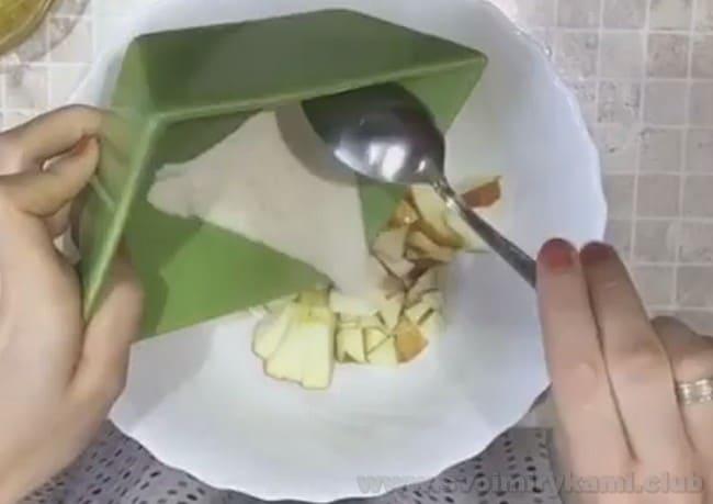 Интересным рецептом для ребенка является также омлет в микроволновке с яблоком и бананом.