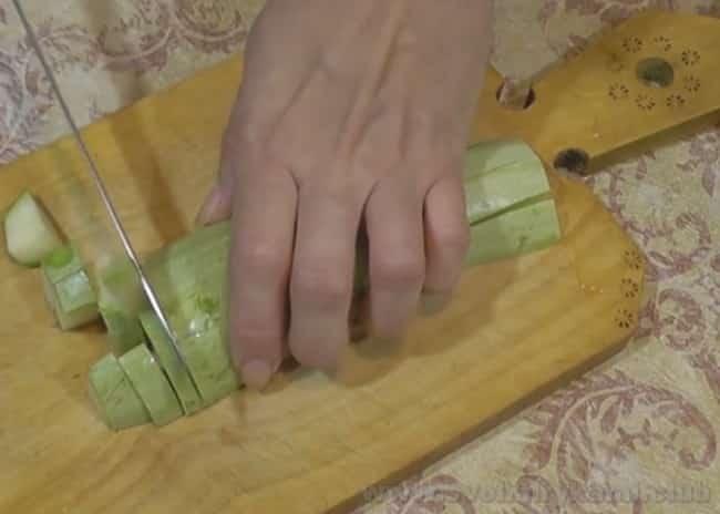 Чтобы приготовить острые кабачки в томатном соусе на зиму, кабачки нарезаем кубиками.