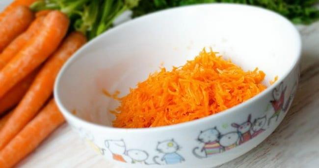 Перед тем как готовить котлеты на пару натрите морковь.