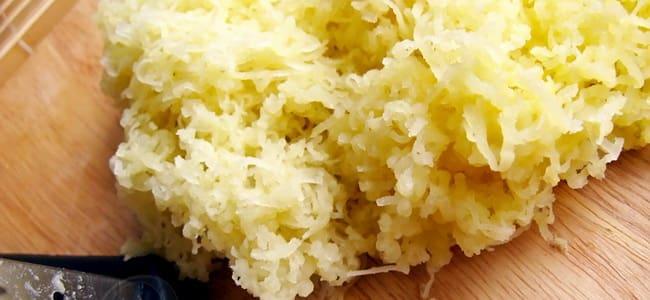 Натрите картофель для приготовления овощных котлет.