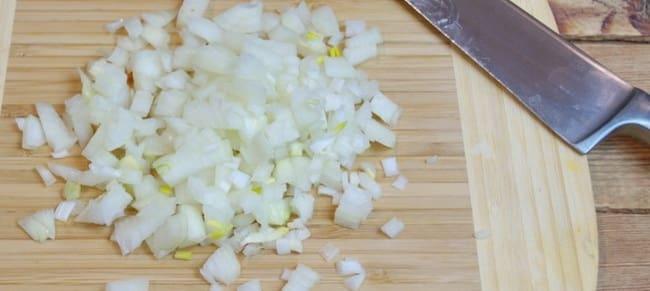 Перед тем как приготовить овощные котлеты на пару нарежьте лук.