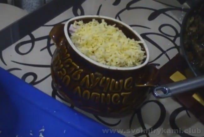 Пельмени в горшочках, запеченные в духовке с сыром, - настоящее праздничное блюдо.