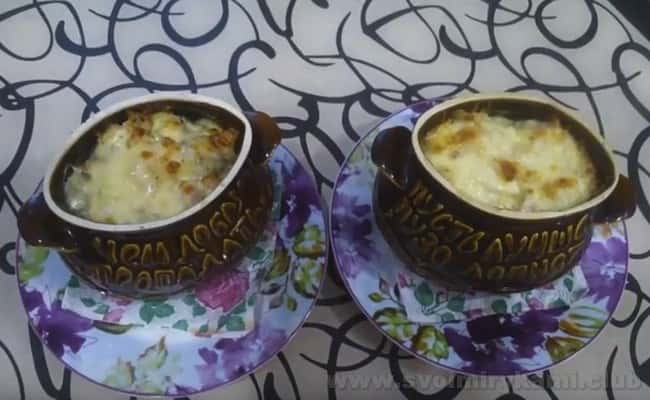 Пельмени в горшочках, запеченные в духовке с сыром, понравятся любителям приятной сырной корочки.